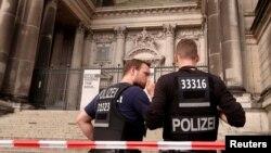 Офицеры полиции у Берлинского кафедрального собора. Германия. 3 июня 2018 г.