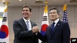 지난 8월 한국을 방문한 마크 에스퍼 미국 국방장관이 정경두 한국 국방부 장관과 회담했다.
