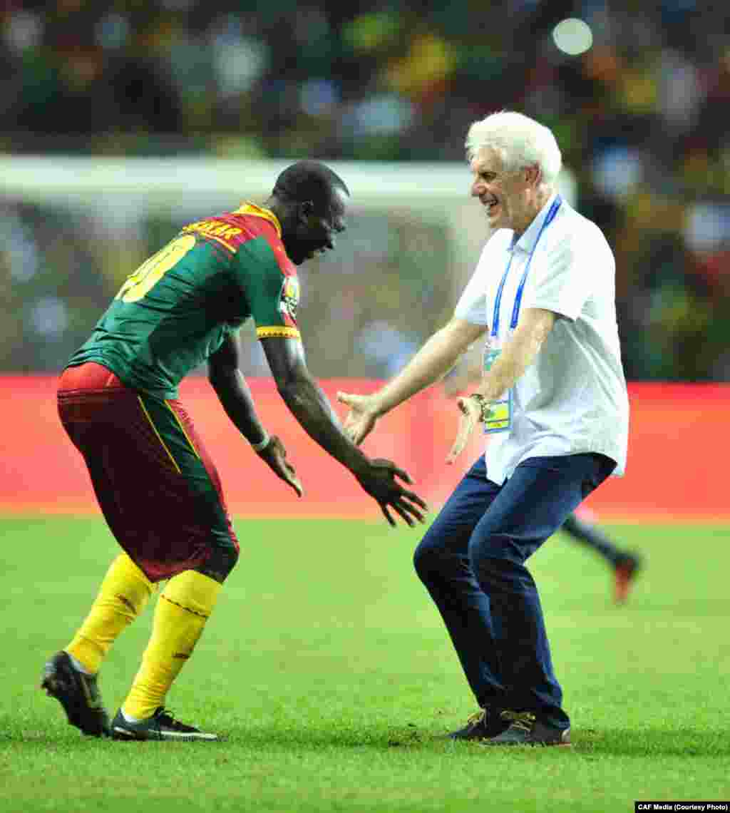 Hugo Broos treinador dos Camarões festeja em campo com um dos seus pupilos depois da conquista do CAN2017