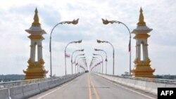 Cầu ngang qua sông Mekong ở tỉnh Khammouand, Lào