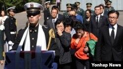 6·25 전쟁 때 국군포로로 끌려가 지난 1984년 북한에서 숨진 손동식씨로 추정되는 유골이 5일 서울국립현충원 소재 영현봉안관으로 옮겨지고 있다.
