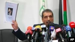 팔레스타인 아라파트 사인 규명위원회의 타우피크 테라위 위원장이 지난해 11월 기자회견에서 아라파트의 죽음에 관한 성명들을 들어보이고 있다.