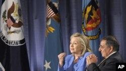 La secrétaire d'Etat Hillary Clinton et le secrétaire à la Défense Leon Panetta au National Defense University de Washington