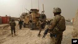 Binh sĩ Mỹ canh gác tại lối vào một căn cứ quân sự gần làng Alkozai, Afghanistan, ngày 11/3/2012