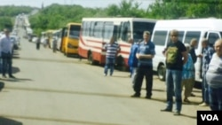 Vehicles stretch to horizon at Ukrainian checkpoint not far from rebel-held Donetsk. (Daniel Schearf/VOA News)