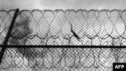 Người Palestine xung đột với binh sĩ Israel bên ngoài nhà tù ở Bờ Tây