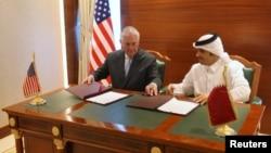 11일 카타르 도하를 방문한 렉스 틸러슨 미 국무장관(왼쪽)과 셰이크 모하마드 알타니 카타르 외무장관이 대테러 전쟁 양해각서에 서명하고 있다.