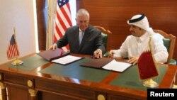 امضای تفاهم نامه همکاری مشترک در مبارزه با تروریسم بین قطر و ایالات متحده توسط وزیران خارجه دو کشور در دوحه - ۲۰ تیر ۱۳۹۶