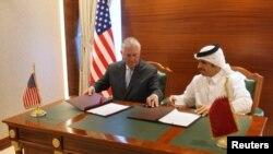 Waziri wa Mambo ya Nje wa Kuwait Sheikh Mohammed bin Abdulrahman al-Thani (R) na Waziri wa Mambo ya Nje wa Marekani Rex Tillerson