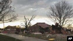 Maison endommagée après une tornade à Ardmore, Alabama, le lundi 19 mars 2018. (Johnny Tribble vía AP)