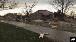 Esta fotografía proporcionada por Johnny Tribble muestra una casa con daños tras un tornado en el área de Ardmore, Alabama, el lunes 19 de marzo de 2018. (Johnny Tribble vía AP)