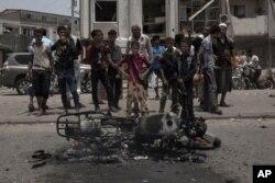 Warga sipil berkumpul di lokasi serangan mematikan di Aden, Yaman, Kamis, 1 Agustus 2019.