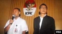 Wakil Ketua KPK Bambang Widjojanto (kiri) mengundurkan diri sementara setelah dinyatakan sebagai tersangka oleh kepolisian, Senin 26/1 (foto: VOA/Fathiyah).