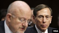 Direktur CIA David Petraeus (kanan) mendengarkan penuturan Direktur Intelijen AS, James Clapper di Capitol Hill, Washington DC (31/1).