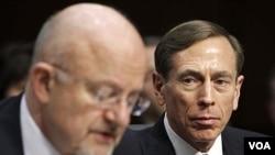 Direktur CIA David Petraeus (kanan) mendengarkan penuturan Direktur Intelijen AS, James Clapper di Capitol Hill, Washington DC (31/1).