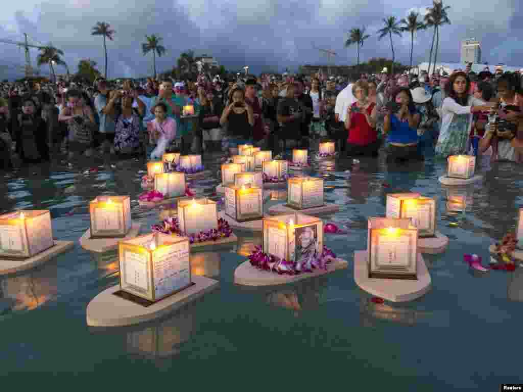 Thả đèn trên dòng nước để tưởng nhớ người thân đã qua đời trong buổi lễ tưởng niệm và phản tỉnh do tông phái Phật giáoShinnyo-en của Nhật tổ chức trên bãi biển Ala Moana ở thành phố Honolulu, bang Hawaii, Hoa Kỳ nhân ngày Lễ Chiến sĩ Trận vong để tưởng niệm nạn nhân chiến tranh, nạn đói và thiên tai - 26 tháng 5, 2014.