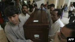 Гроб с телом Сайеда Салима Шахзада