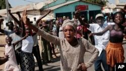 Gambianos celebram vitória de Barrow