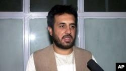 Giám đốc tình báo Afghanistan Asadullah Khalid nói chuyện với các nhà báo tại bệnh viện, 17/5/2012