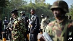 肯尼亞內政部長蘭庫在軍人保護下出席商廈襲擊案發生的地點舉行的記者會。