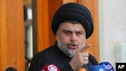 Ulama Syiah Moqtada al-Sadr berbicara dalam konferensi pers di Najaf, Irak,160 kilometer di selatan Baghdad (30/4). (AP/Karim Kadim)