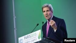 Menteri Luar Negeri Amerika Serikat John Kerry saat menyampaikan sambutan dalam Konferensi Iklim PBB, COP 21 di Le Bourget, Perancis (9/12).