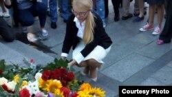 Киев, 20 июля 2016 года, Площадь независимости, Юлия Тимошенко возлагает цветы на акции памяти Павла Шеремета