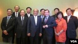 美國會議員羅伊斯(前右三)歡迎蘇貞昌等一行(美國之音容易拍攝)