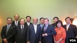 美国会议员罗伊斯(前右三)欢迎苏贞昌等一行 (美国之音容易拍摄)