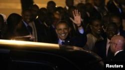 Tổng thống Obama vẫy tay chào khi vừa xuống tới sân bay Dakar, 26/6/2013.