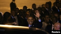 奥巴马抵达达喀尔机场。2013年6月26日