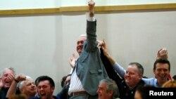 爱尔兰共和党的迪克兰·布里希那庆祝选举胜利