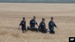 Hrabove köyü yakınlarında sedyeyle ceset taşıyan Ukraynalı görevliler