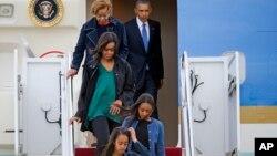 Tổng thống Obama rời khỏi chuyên cơ cùng gia đình ngày 25/3/2016 tại căn cứ không quân Andrews.