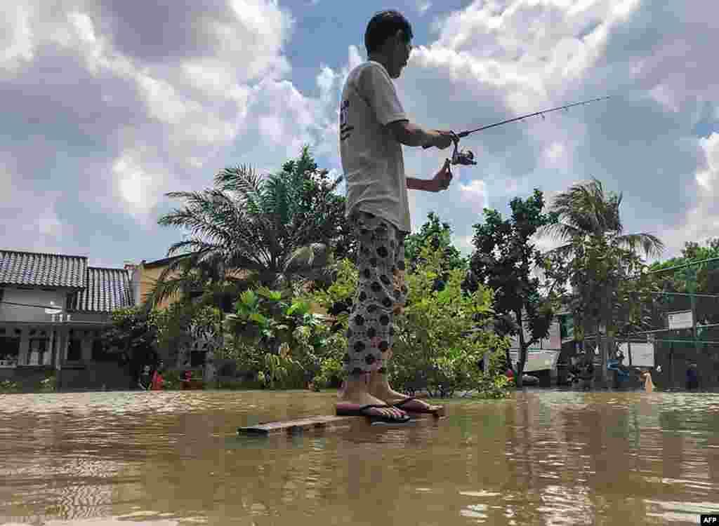 بارش اور سیلاب سے جہاں لوگ پریشان ہیں۔ وہیں کچھ لوگ سیلابی پانی میں آنے والی مچھلیاں پکڑنے میں مصروف ہیں۔