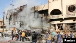 Petugas bekerja memadamkan kebakaran di lokasi serangan bom mobil di Kirkuk (23/8). (Reuters/Ako Rasheed)