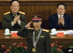 2005年11月,中国中央军委副主席郭伯雄(左)和公安部长周永康(右)参加庆祝神舟六号完成航天飞行的仪式
