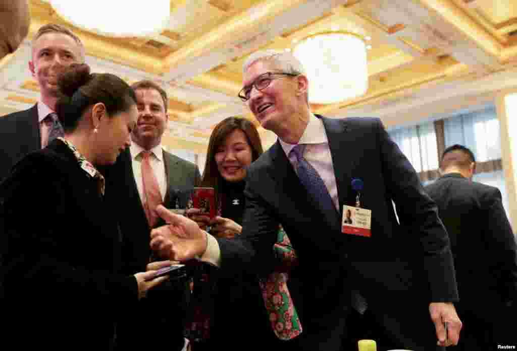 苹果首席执行官蒂姆·库克2018年3月24日在北京钓鱼台国宾馆出席2018年中国发展论坛(CDF)年会。