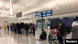 美国外交人员2020年2月7日在中国武汉天河机场准备搭乘美国国务院安排的包机返回美国。