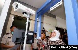 Gubernur Jawa Timur Khofifah Indar Parawansa meninjau body thermal scanner di Bandara Juanda, untuk mendeteksi virus corona yang dapat ditularkan oleh penumpang pesawat dari luar negeri (Foto:VOA/ Petrus Riski).