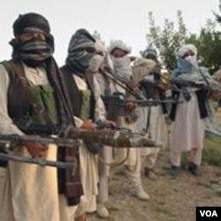 Presiden Karzai juga berusaha melakukan rekonsiliasi dengan kelompok Taliban moderat yang tidak berafiliasi ke Al-Qaida.