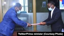 Ministre wa Yambo Sylvestre Ilunga Ilunkamba (D) ayambi mokanda ya bakeli mibeko ba FCC baye baboyi masolo ya kobongisa maponami, libanda lya parlement, Kinshasa, 10 août 2020. (Primature RDC)