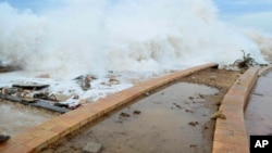 """被称为""""查帕拉""""的飓风吹袭穆卡拉镇(2015年11月2日)"""