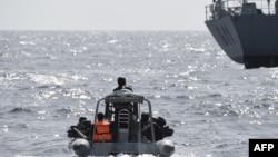 Les forces spéciales nigérianes naviguent pour intercepter des pirates lors d'un exercice conjoint entre le personnel naval nigérian et marocain dans le cadre d'Obangame Express, un exercice maritime multinational impliquant 33 pays au large de Lagos, le 20 mars 2019.