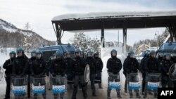 Des policiers italiens à la frontière entre Clavière en Italie et Montgenevre en France, le 14 janvier 2018.