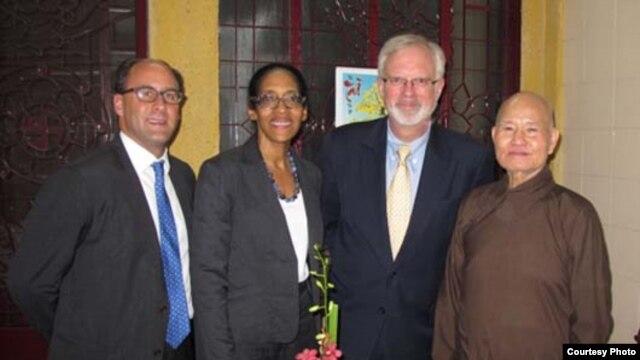 Từ trái: Nick Snyder, Viên chức Chính trị của Lãnh sự quán Hoa Kỳ tại Thành phố Hồ Chí Minh, Kathleen Peoples, Viên chức Chính trị của Lãnh sự quán Hoa Kỳ tại HCMC, Đại sứ Hoa Kỳ tại Việt Nam David Shear và Thượng tọa Thích Quảng Độ, Lãnh đạo của Giáo hội Phật giáo Việt Nam Thống nhất và ứng viên giải Novel Hoà bình 2012 sau cuộc họp ngày 17/8 (Ảnh: vietnam.usembassy.gov)