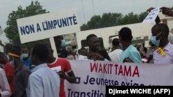 Des manifestants défilent dans les rues de N'Djamena le 29 juillet 2021.
