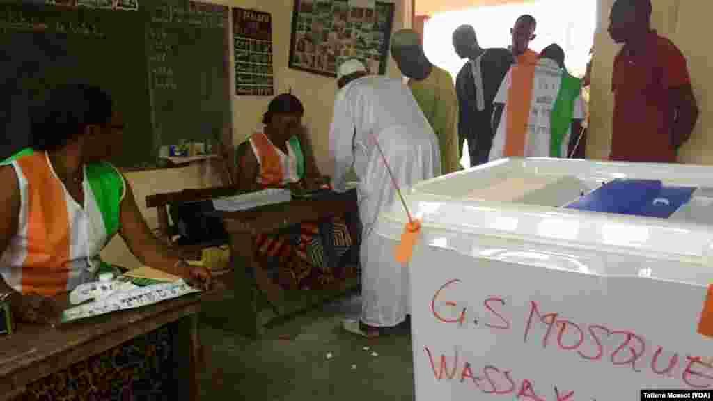 A Yopougon Wassakara, les électeurs doivent laisser leur empreinte pour valider et passer au vote.