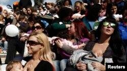 Ratusan perempuan menyusui bayi massal dalam sebuah aksi untuk memberikan kesadaran pentingnya menyusui bayi, di Athena, Yunani (foto: dok).