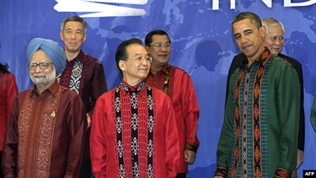 President Barack Obama stands with China's Premier Wen Jiabao, center, as they wait to take a family photo at the East Asia Summit Gala dinner in Nusa Dua, on the island of Bali, Indonesia, November 18, 2011.